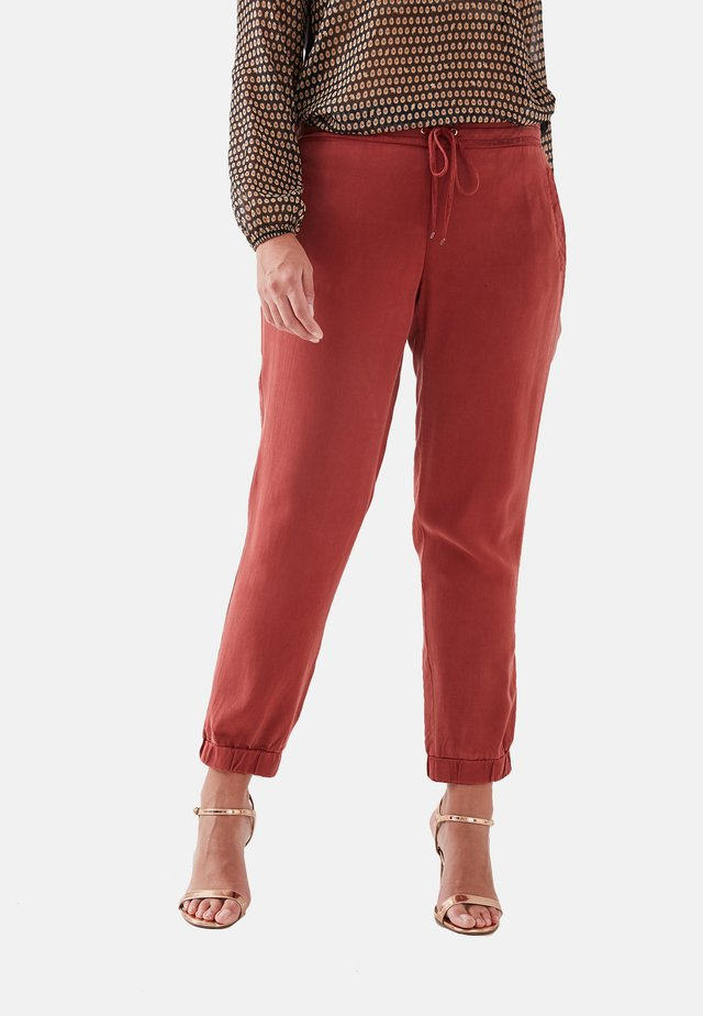 WEICH FALLENDE  - Tracksuit bottoms - rosso