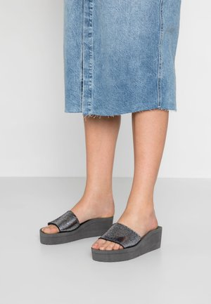 POOL WEDGE CRACK - Heeled mules - steel