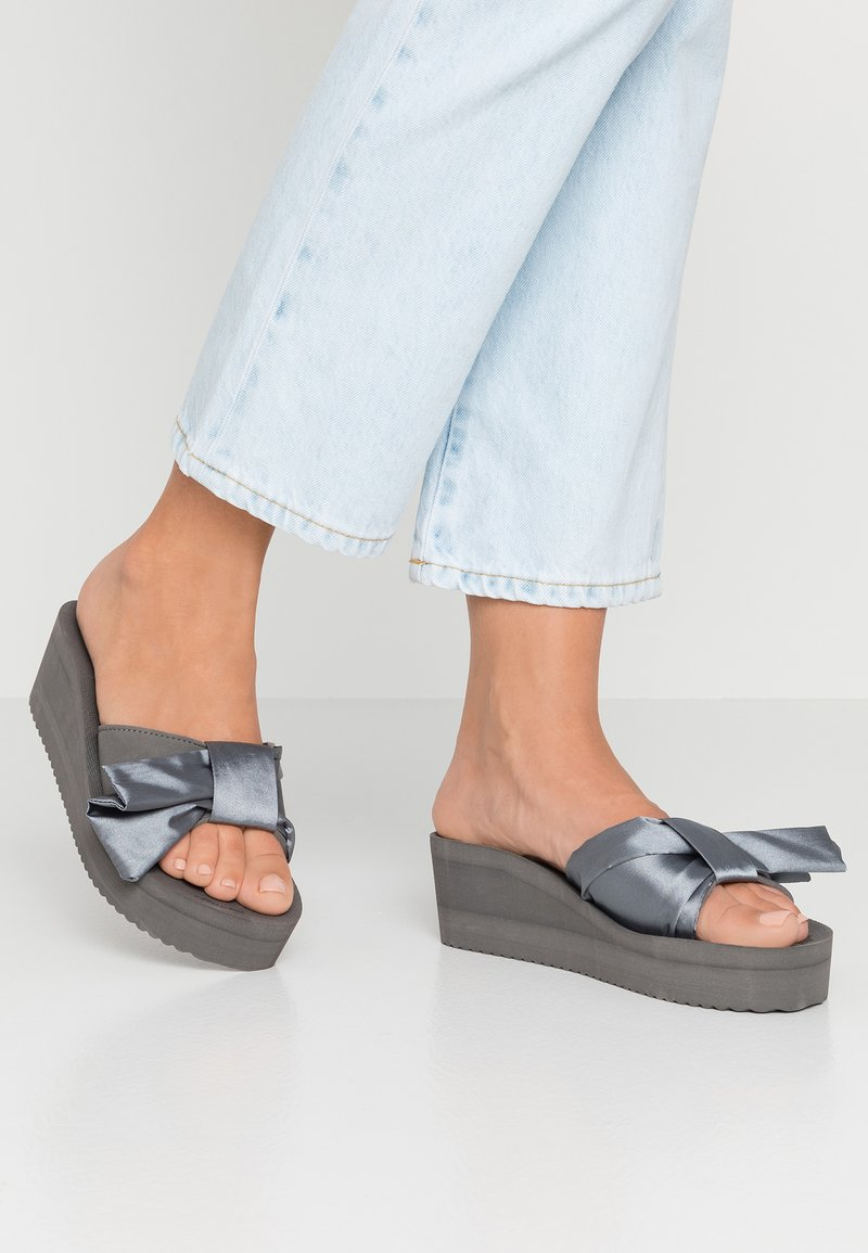 flip*flop - POOL WEDGE WING - Heeled mules - steel