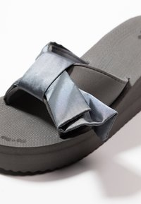 flip*flop - POOL WEDGE WING - Heeled mules - steel - 2