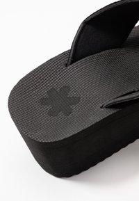 flip*flop - WEDGE CROSS - Korolliset pistokkaat - black - 2