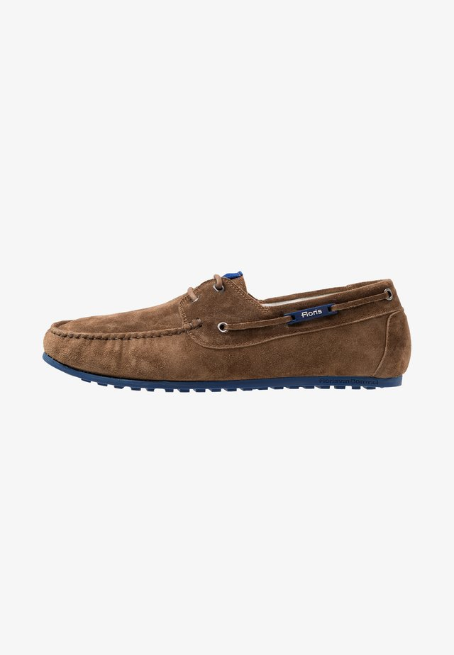 MOKKI - Boat shoes - brown