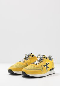 Floris van Bommel - Baskets basses - yellow - 2