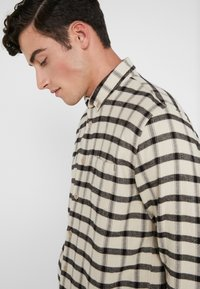 Folk - RELAXED FIT  - Chemise - ecru/ black windowpane - 3