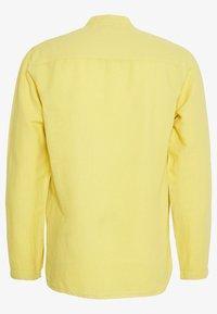 Folk - HALF PLACKET GRANDAD - Shirt - light gold - 1
