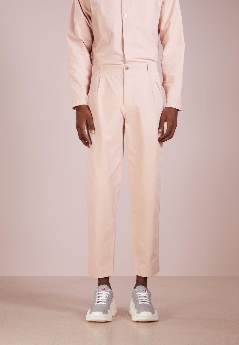 Folk - ASSEMBLY PANT - Stoffhose - plaster pink