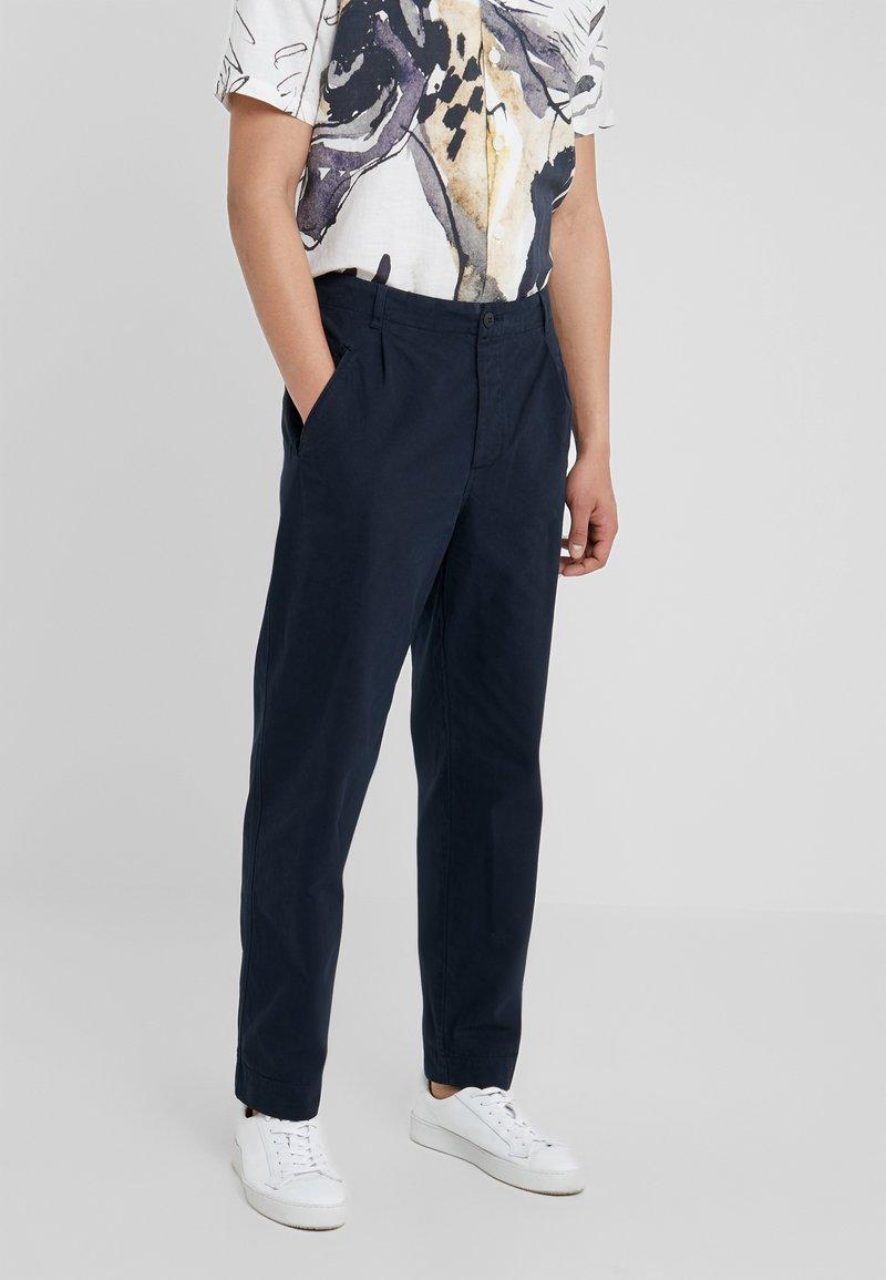 Folk - ASSEMBLY PANTS - Trousers - navy