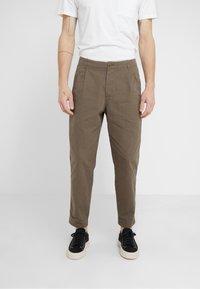 Folk - ASSEMBLY PANTS - Trousers - khaki - 0