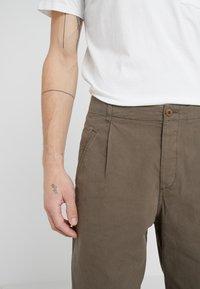 Folk - ASSEMBLY PANTS - Trousers - khaki - 4