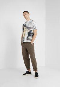 Folk - ASSEMBLY PANTS - Trousers - khaki - 1