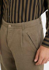 Folk - ASSEMBLY PANTS - Pantalon classique - soft green brushed - 4