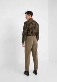 Folk - ASSEMBLY PANTS - Pantalon classique - soft green brushed - 2