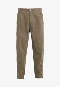 Folk - ASSEMBLY PANTS - Pantalon classique - soft green brushed - 3