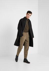 Folk - ASSEMBLY PANTS - Pantalon classique - soft green brushed - 1
