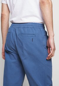 Folk - DRAWCORD ASSEMBLY PANTS - Trousers - blue - 5