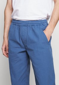 Folk - DRAWCORD ASSEMBLY PANTS - Trousers - blue - 3