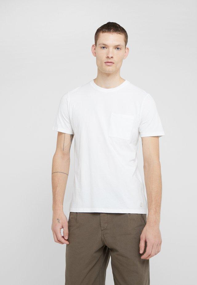 POCKET ASSEMBLY TEE - T-shirts basic - white