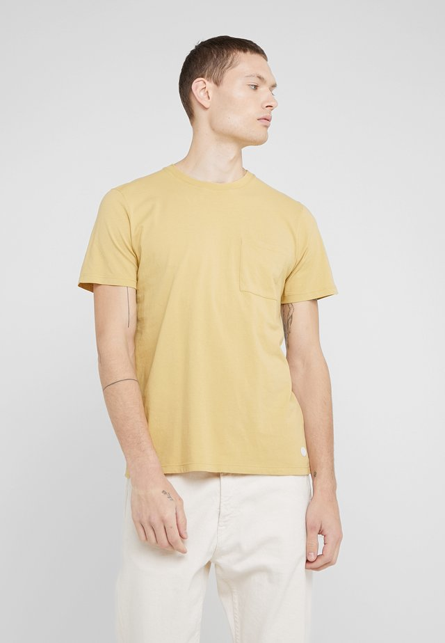 POCKET ASSEMBLY TEE - T-shirts basic - straw