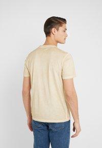 Folk - COLD DYE ASSEMBLY TEE - Basic T-shirt - fawn - 2