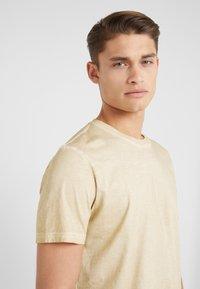 Folk - COLD DYE ASSEMBLY TEE - Basic T-shirt - fawn - 4