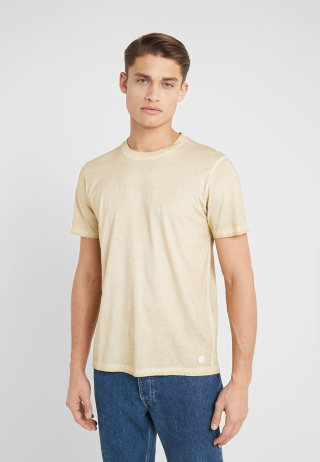 COLD DYE ASSEMBLY TEE - T-shirts - fawn