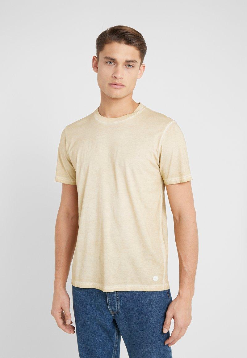 Folk - COLD DYE ASSEMBLY TEE - Basic T-shirt - fawn