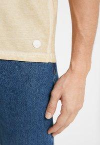 Folk - COLD DYE ASSEMBLY TEE - Basic T-shirt - fawn - 6