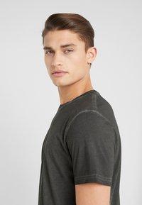Folk - COLD DYE ASSEMBLY TEE - Basic T-shirt - black - 3