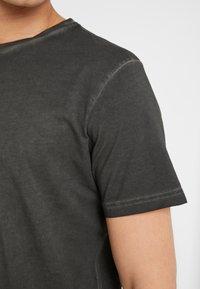 Folk - COLD DYE ASSEMBLY TEE - Basic T-shirt - black - 5