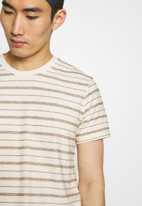 Folk - TEXTURED STRIPE TEE - Print T-shirt - ecru woad - 5