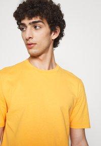 Folk - CONTRAST SLEEVE TEE - Print T-shirt - marigold - 3