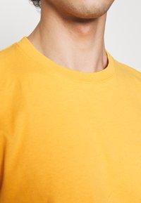 Folk - CONTRAST SLEEVE TEE - Print T-shirt - marigold - 4