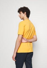 Folk - CONTRAST SLEEVE TEE - Print T-shirt - marigold - 2