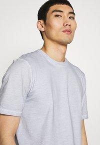 Folk - CONTRAST SLEEVE TEE - Print T-shirt - cold dye mist - 3