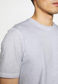 Folk - CONTRAST SLEEVE TEE - Print T-shirt - cold dye mist - 5
