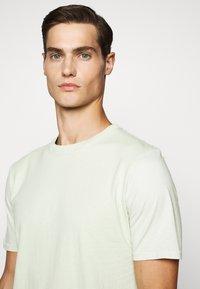 Folk - CONTRAST SLEEVE TEE - Basic T-shirt - lichen - 5