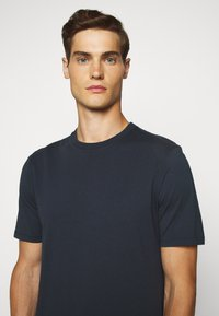 Folk - CONTRAST SLEEVE TEE - Basic T-shirt - navy - 5