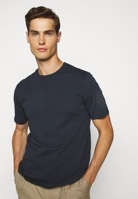 Folk - CONTRAST SLEEVE TEE - Basic T-shirt - navy - 3
