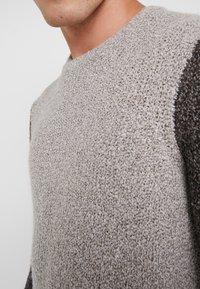 Folk - TEXTURED CREW - Sweter - stone/black - 4