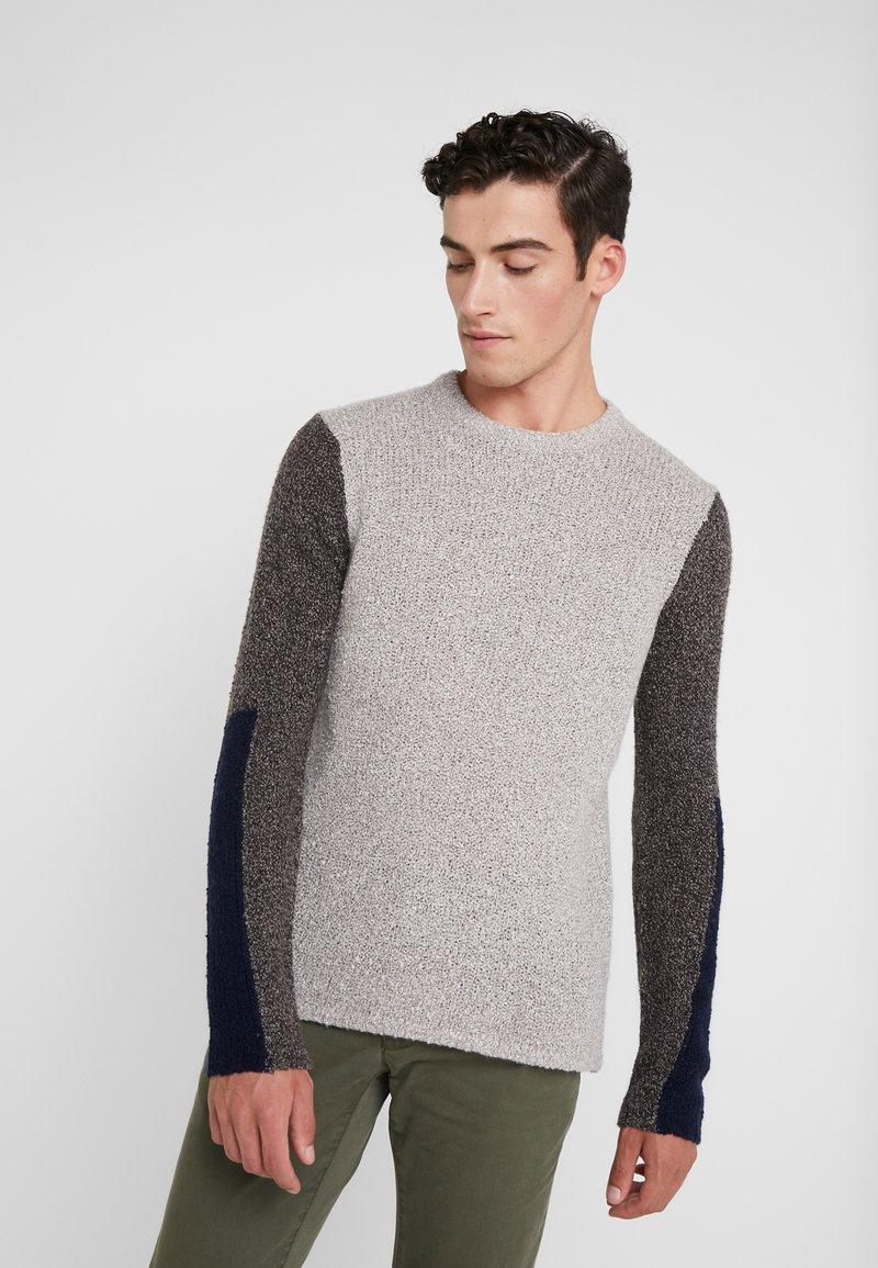 Folk - TEXTURED CREW - Sweter - stone/black