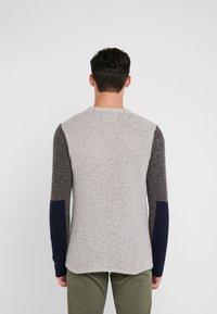 Folk - TEXTURED CREW - Sweter - stone/black - 2