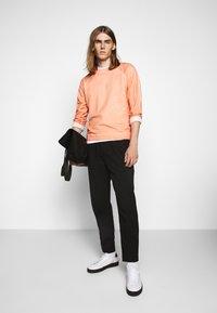 Folk - COLD DYE RIVET SWEAT - Sweatshirt - coral orange - 1