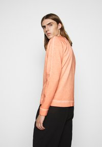 Folk - COLD DYE RIVET SWEAT - Sweatshirt - coral orange - 2