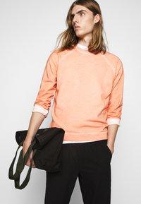 Folk - COLD DYE RIVET SWEAT - Sweatshirt - coral orange - 3