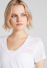 Fox Racing - TRACKER V NECK TEE - T-Shirt print - white - 3