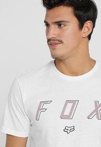 Fox Racing - BARRED PREMIUM TEE - T-Shirt print - optic white - 3