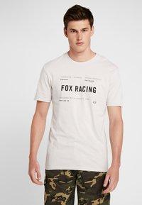 Fox Racing - STANDARD ISSUE PREMIUM TEE - T-Shirt print - light grey - 0