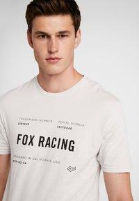 Fox Racing - STANDARD ISSUE PREMIUM TEE - T-Shirt print - light grey - 4