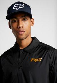 Fox Racing - LITHOTYPE FLEXFIT HAT - Cap - navy/white - 1