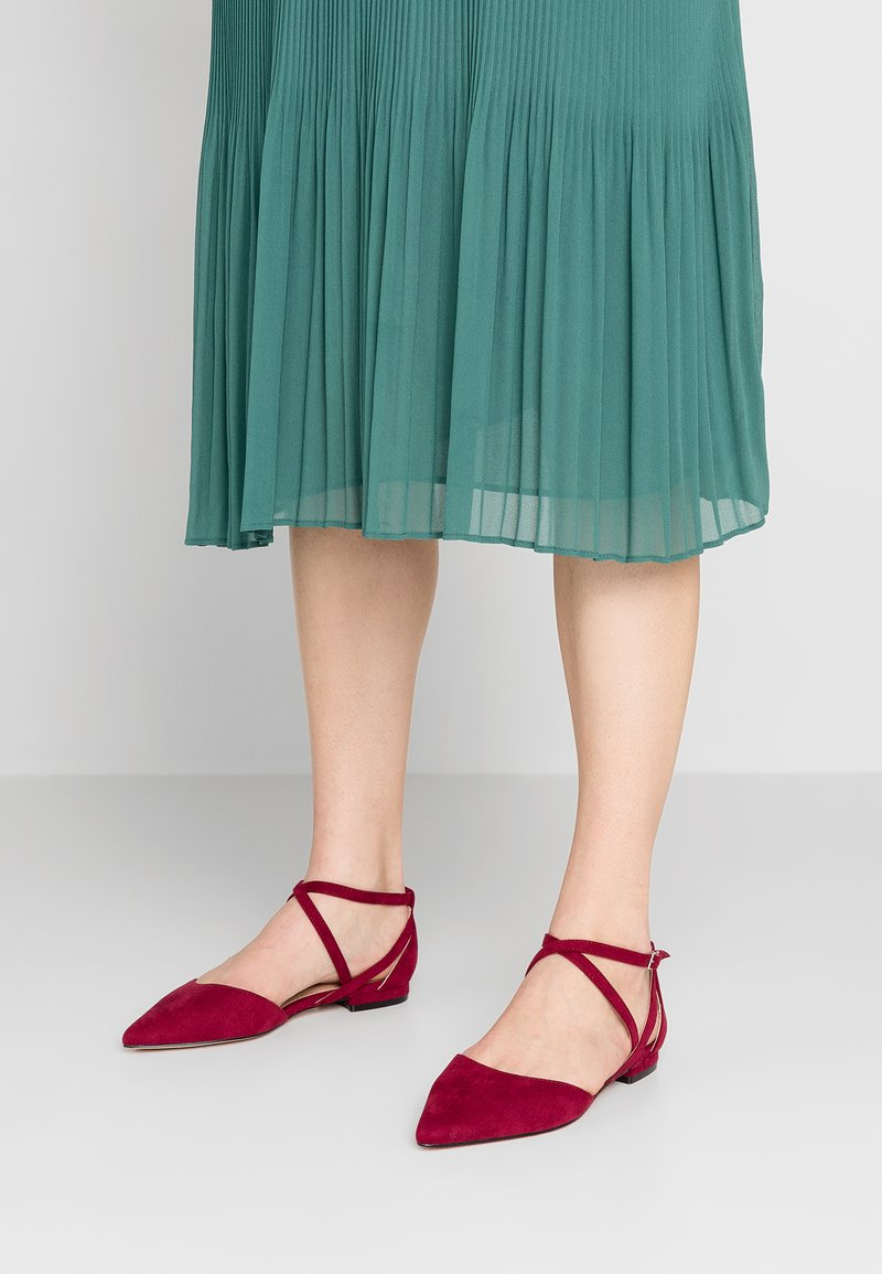 Forever New - ELLIE CROSS STRAP POINTED FLATS - Slingback ballet pumps - berry